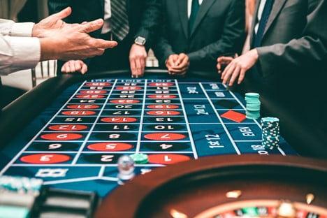 Nettikasinoilla pelaaminen on todella suosittua nykypäivänä. Nettikasinoita löytyy markkinoilta vino pino, mutta suomalaiset kääntävät mieluiten katseensa kohti suomalaisia nettikasinoita. Nuo netticasinot ovat melko tavallisia kasinoita, mutta ne ovat esimerkiksi kielensä ja sisältönsä puolesta suunnattu erityisesti suomalaisille kasinopelaajille. Tällaisten kasinoiden määrä kasvaa markkinoilla jatkuvasti, sillä nettikasinot ovat huomanneet, että Suomessa ollaan kovia pelaamaan. Siksi suomalaisille on odotettavissa entistä parempia ja viihdyttävämpiä pelihetkiä myös tulevaisuudessa! Suomalaisen nettikasinon tunnistaminen Nettikasinoita on tänä päivänä olemassa tuhansia ja siksi etenkin aloittelevalla pelaajalla voi olla vaikea tietää, mistä suomalaisen nettikasinon sitten oikeasti tunnistaa. Se on kuitenkin loppujen lopuksi hyvin helppo prosessi. Kun tietää muutamat perusominaisuudet, osaa jo muutaman minuutin tutkimisen jälkeen sanoa, onko kyseessä suomalainen nettikasino. Tässä ominaisuuksia, joista tällaiset kasinot voi helposti tunnistaa: Suomenkielisyys - Suomalaiset nettikasinot ovat tietenkin saatavilla suomeksi. Käännös on todella laadukas, eikä Google Translatea olla käytetty lainkaan. Asiakaspalvelu - Suomalaisille pelaajille täytyy tietenkin olla saatavilla asiakaspalvelua suomeksi mahdollisten ongelmatilanteiden ratkomiseen. Pelivalikoima - Kasinon pelitarjonta on suunniteltu siten, että se pitää sisällään suomalaisten suosimia kasinopelejä. Bonukset - Suomalaiset pelaajat rakastavat bonuksia ja siksi suomalaisella kasinolla on bonusvalikoima kunnossa. Tarjolla on esimerkiksi suuri tervetuliaistarjous sekä muita uskollisten asiakkaiden bonuksia, kuten uskollisuusohjelmia ja muita palkintoja. Maksutavat - Suomalaisille täytyy olla tarjolla mahdollisuus pankki- ja luottokorttien käyttämiseen. Myös tilisiirtojen ja muiden suomalaisten suosimien maksutapojen tarjolla oleminen olisi tärkeää. Pelilisenssi - Lisenssi on Euroopan talousalueelta ja se takaa vero